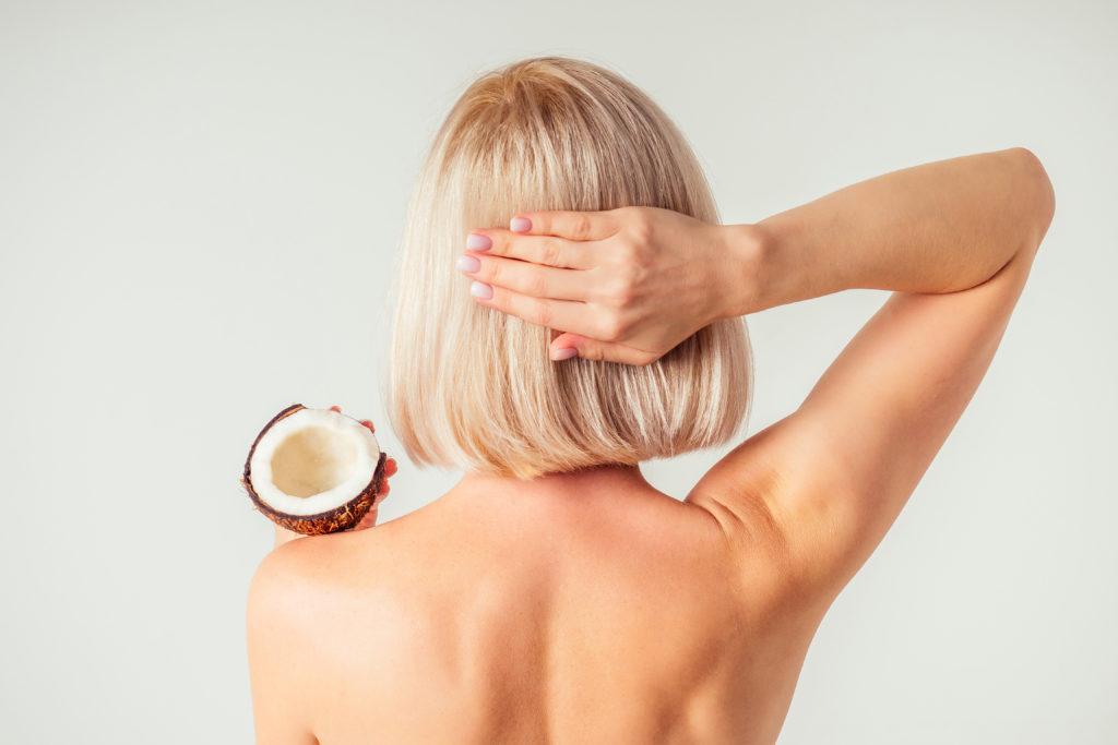 Kopfhaut mit Öl einmassieren