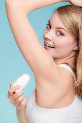Frau mit Deodorant gegen Schwitzen