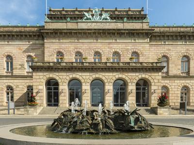Staatstheater mit Brunnen in Braunschweig