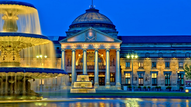 Wiesbaden, Kurhaus am Abend.
