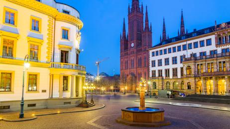 Wiesbaden, Schlossplatz. Links der Hessische Landtag, rehts das Neue Rathaus. Februar 2017