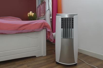 Mobile Klimaanlage kühlt das Schlafzimmer