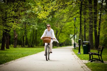 Frau fährt Fahrrad