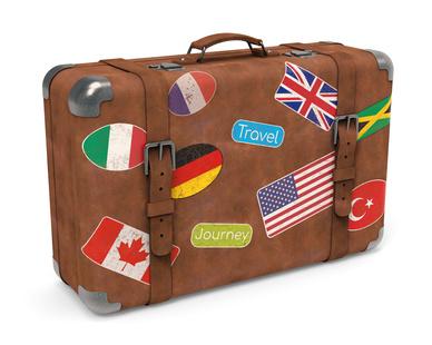 Alter Leder Koffer mit Aufklebern isoliert weißer Hintergrund