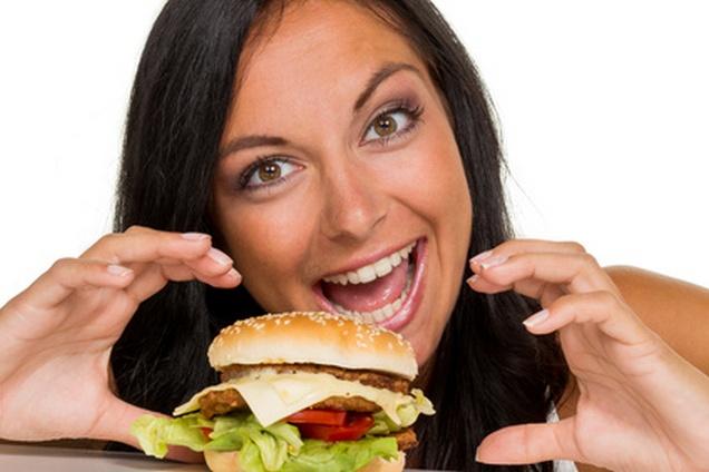 Frau mit Heißhunger auf einen Hamburger