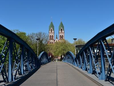 Freiburg/Breisgau - Kirche Herz Jesu; Blaue Brücke