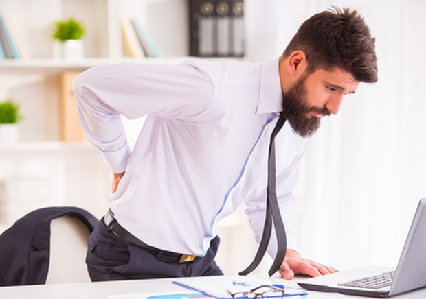 Mann mit Gelenk- und Muskelschmerzen