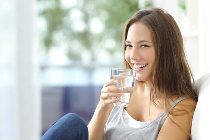 Frau trinkt Wasser