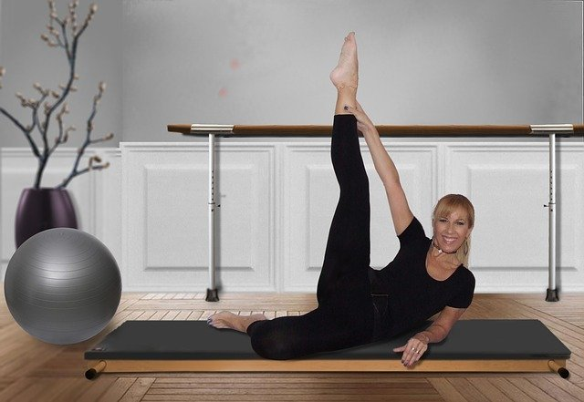 Frau bei Pilates Übung